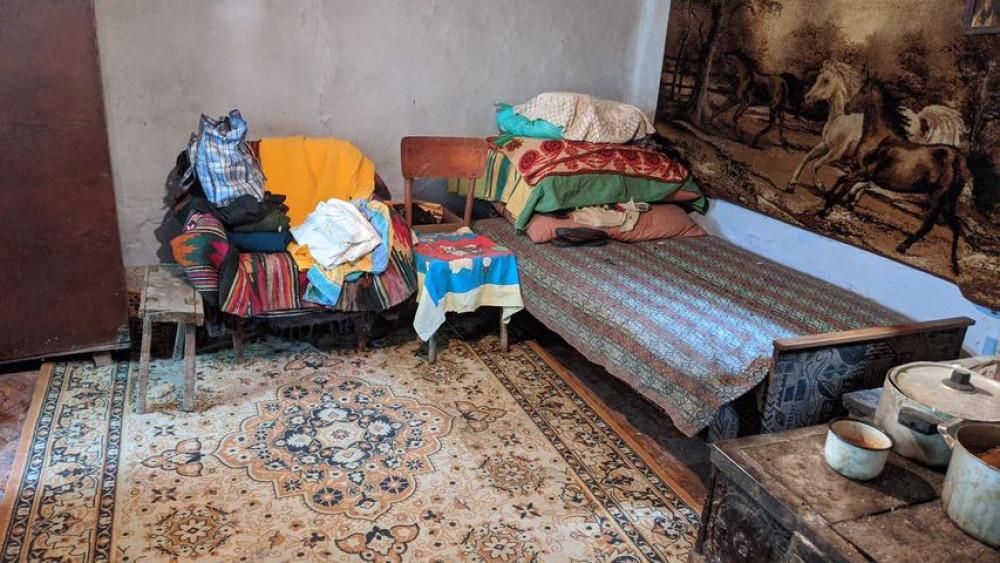 В Ланчині небайдужі допомогли 90-річній бабусі прибрати після паводку. ФОТО